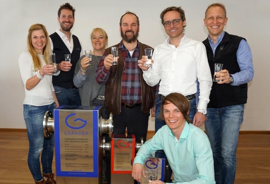 v.l.n.r.: Monika Gredler und Markus Gosch (VOWO), Heidi und Firmenchef Johann Grander, Thomas Gredler (VOWO) sowie Philipp (knieend) und Heribert Grander.